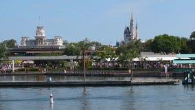 Pi?kny widok Kopciuszek kasztel i Main Street stacja od Ferryboat przy Magicznym kr?lestwem zbiory