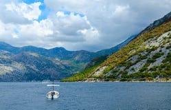 Piękny widok Kotor podpalany pobliski miasteczko Perast, Montenegro Obraz Royalty Free