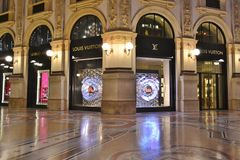 Piękny widok Louis Vitton mody butika okno w Vittorio Emanuele II galerii obrazy stock