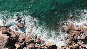 Pi?kny widok morze ?r?dziemnomorskie pot??ne ocean fala Powietrzny odgórny widok jasne lazurowe ocean fale Truteń strzelający ska zdjęcie wideo
