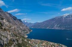 Piękny widok na Limone sul Garda od zbocza góry Obrazy Royalty Free