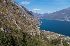 Piękny widok na Limone sul Garda od zbocza góry Zdjęcia Stock
