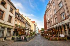 Piękny widok na starych kolorowych budynkach i ulicznych kawiarniach Ryski, Latvia Lata odprowadzenia i centrum miasta Ryscy ludz Zdjęcie Royalty Free
