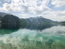 Piękny widok nad jeziorem, góra z niebieskim niebem Obraz Royalty Free