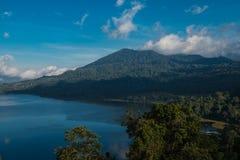 Piękny widok nad jeziorem Jezioro i widok górski od wzgórza, Buyan jezioro, Bali Fotografia Stock