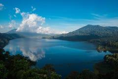 Piękny widok nad jeziorem Jezioro i widok górski od wzgórza, Buyan jezioro, Bali Obraz Stock