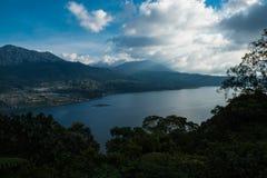 Piękny widok nad jeziorem Jezioro i widok górski od wzgórza, Buyan jezioro, Bali Zdjęcie Royalty Free