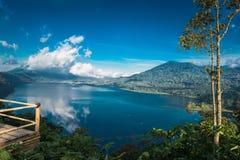 Piękny widok nad jeziorem Jezioro i widok górski od wzgórza, Buyan jezioro, Bali Obraz Royalty Free