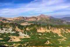 Piękny widok pasmo górskie na lato chmurnym dniu Zdjęcia Royalty Free