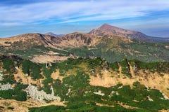 Piękny widok pasmo górskie na lato chmurnym dniu Ja Fotografia Royalty Free
