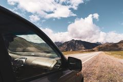 Piękny widok samochód na tle Altai góry dolina Altai gór krajobraz Zdjęcie Stock