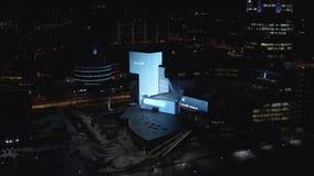 Pi?kny widok z lotu ptaka budynki, centrum biznesu i droga w centrum miasta przy noc? iluminuj?cy nowo?ytni, akcja zbiory wideo