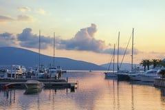 Piękny wieczór seascape z jachtami w pastelowych kolorach Montenegro, Tivat Obrazy Royalty Free