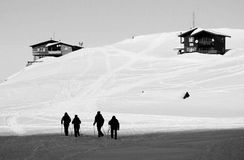 Piękny wysokogórski krajobraz z drewnianymi szaletami w zimie Fagaras Góry Obrazy Royalty Free