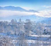 Piękny zima krajobraz w górskiej wiosce Zdjęcie Stock