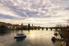 Piękny zima widok Vltava rzeka, Charles most, stary miasteczko w Praga, republika czech Fotografia Royalty Free