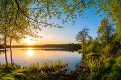 Pi?kny zmierzch na naturalnym jeziorze zdjęcie royalty free