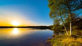 Pi?kny zmierzch na naturalnym jeziorze obrazy royalty free