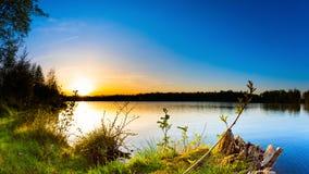 Pi?kny zmierzch na naturalnym jeziorze fotografia royalty free