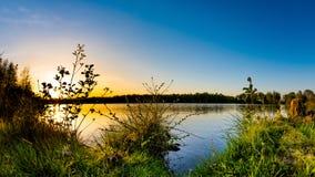 Pi?kny zmierzch na naturalnym jeziorze zdjęcia royalty free