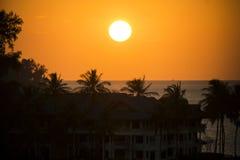 Piękny zmierzch nad hotelem na brzeg ocean Obrazy Royalty Free
