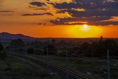 Pi?kny zmierzch nad pustymi kolejowymi ?ladami zdjęcie stock