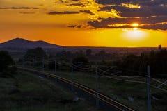 Pi?kny zmierzch nad pustymi kolejowymi ?ladami zdjęcia stock