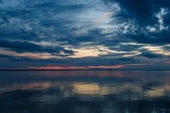 Piękny zmierzch nad spokojnym jeziorem Zdjęcie Stock