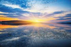 Piękny zmierzch nad spokojnym jeziorem Obrazy Royalty Free