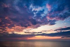 Piękny zmierzch nad spokojnym morzem w lecie Zdjęcie Royalty Free
