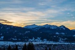 Piękny zmierzch w zimie z townscape Oberstdorf, Allgau, Niemcy Zdjęcia Stock
