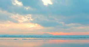 Pi?kny zmierzch w zwrotnikach na tle ocean Poj?cie natura, wakacje, relaksuje zbiory