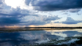 Piękny zmierzchu krajobraz z odbiciem na Rzecznym niebie i chmurach Obraz Royalty Free