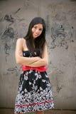 pięknych brunetki miasta graffiti miastowa kobieta Obraz Royalty Free