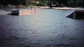 Pi LAUDERDALE, ETATS-UNIS - 1957 : Étalage de ski nautique avec des hommes de casse-cou sautant des rampes banque de vidéos