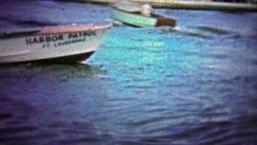 Pi LAUDERDALE, ETATS-UNIS - 1957 : Hébergez la patrouille dans de vieux bateaux en bois tournant rapidement banque de vidéos