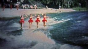 Pi LAUDERDALE, ETATS-UNIS - 1957 : Les commentaires de ski nautique étaient très populaires comme manière de présenter des touris banque de vidéos