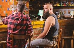 Pi?tku relaks w barze Przyjaciele relaksuje w barze lub pubie Modnisia brodaty m??czyzna wydaje czas wolnego z przyjacielem przy  zdjęcie royalty free