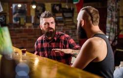 Pi?tku relaks w barze Przyjaciele relaksuje w barze lub pubie Soulmates pij?ca rozmowa Modnisia brutalny brodaty m??czyzna wydaje obraz royalty free