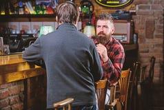 Pi?tku relaks w pubie Przyjaciele relaksuje w pubie ?yczliwa rozmowa z nieznajomym Modnisia brutalny brodaty m??czyzna wydaje obraz royalty free