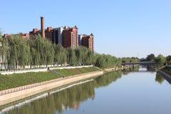 piętrowy budynek rzeka i Fotografia Stock