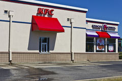 Pi Wayne, DEDANS - vers en juillet 2016 : Combinaison Taco Bell et Kentucky Fried Chicken Location III Photo stock