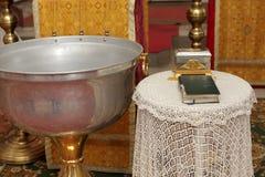 Pia batismal e Bíblia Fotos de Stock