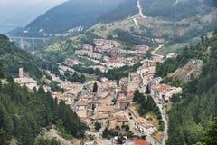 Pia l ` Аквила Rocca, Abruzzi, Италия: панорамный взгляд стоковые изображения rf