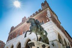 Piacenza, ciudad medieval, Italia Plaza Cavalli, monumento ecuestre y palazzo Gotico en el centro de ciudad Foto de archivo libre de regalías