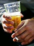 Piacere terribile della sigaretta e della birra Immagini Stock Libere da Diritti