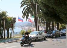Piacevole, Francia, l'11 giugno 2014: Bandiere della Russia e degli Stati Uniti sul DES Angla della passeggiata Fotografia Stock