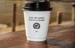 Piacevole, la Francia -02 agosto 2017: Tazza di caffè di carta dalla caffetteria su fondo di legno Fotografia Stock Libera da Diritti