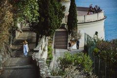 PIACEVOLE, LA FRANCIA - 26 GIUGNO 2017: La donna scende le scale alla piattaforma di osservazione in collina del castello o al pa immagini stock libere da diritti