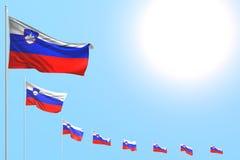 Piacevole qualsiasi illustrazione della bandiera 3d di occasione - molte bandiere della Slovenia hanno disposto diagonale su ciel illustrazione vettoriale
